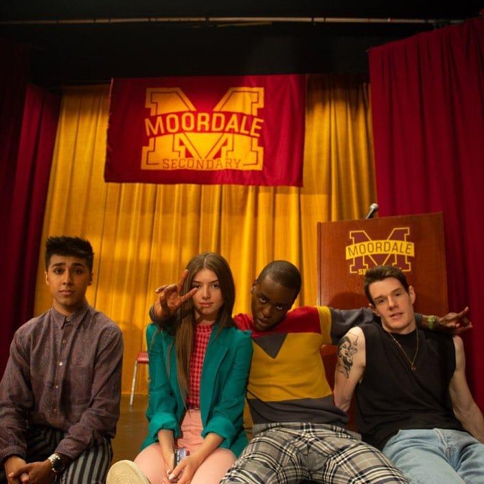 Fotografía oficial de la serie, muestra a cuatro de los personajes.