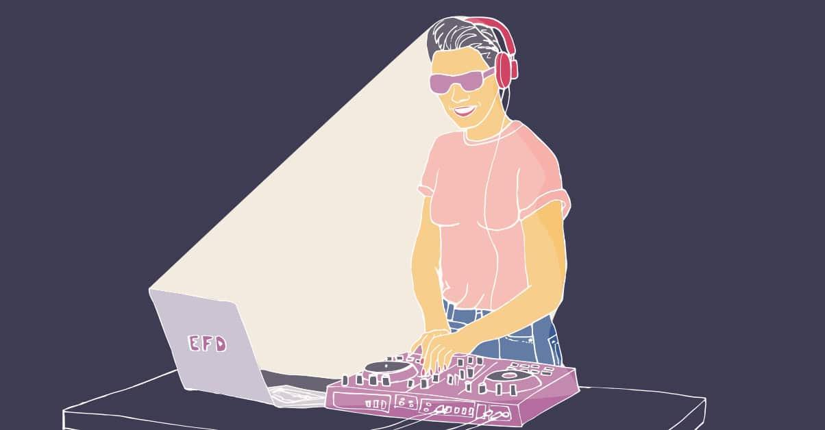 Ilustración con fondo negro, se ve una mujer sonriendo,  con auriculares,  remera rosada y lentes de sol.  Su cara está iluminada a causa de la luz de una pantalla de laptop que se encuentra en frente, la misma está en una mesa al lado de una consola de dj.