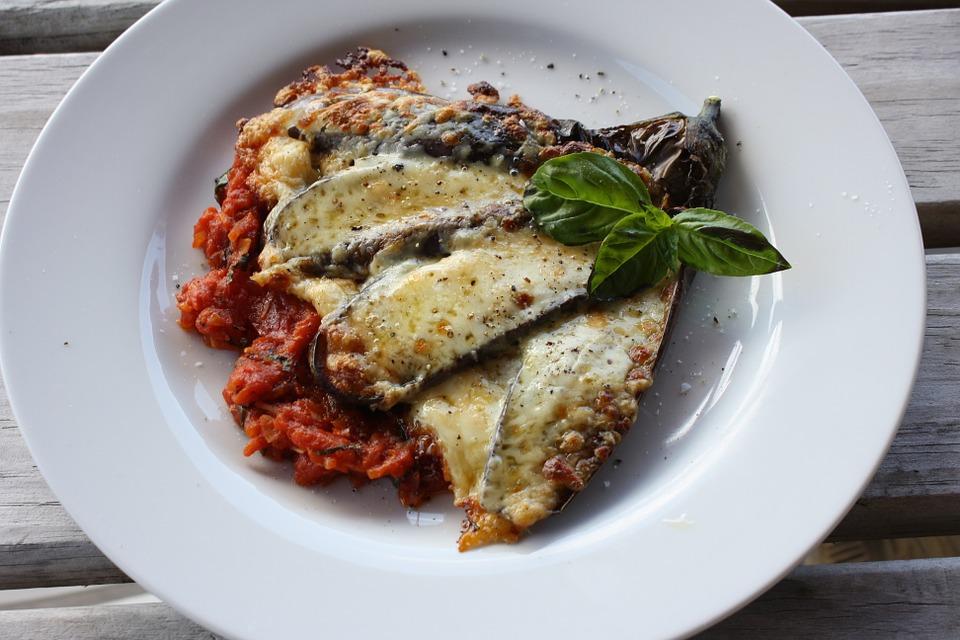 Fotografía de berenjenas con queso y salsa de tomate