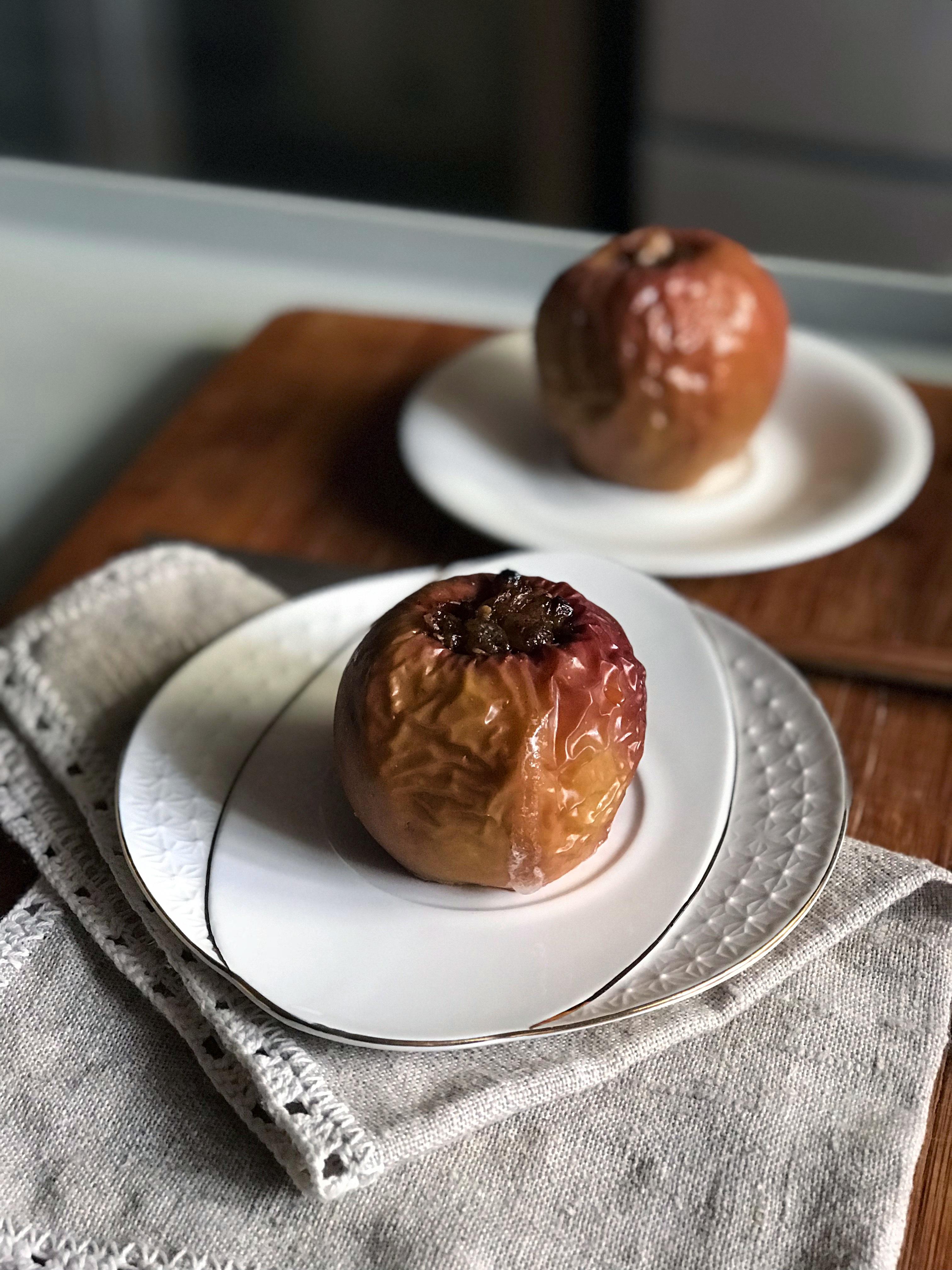 Fotografía de plato con manzanas asadas