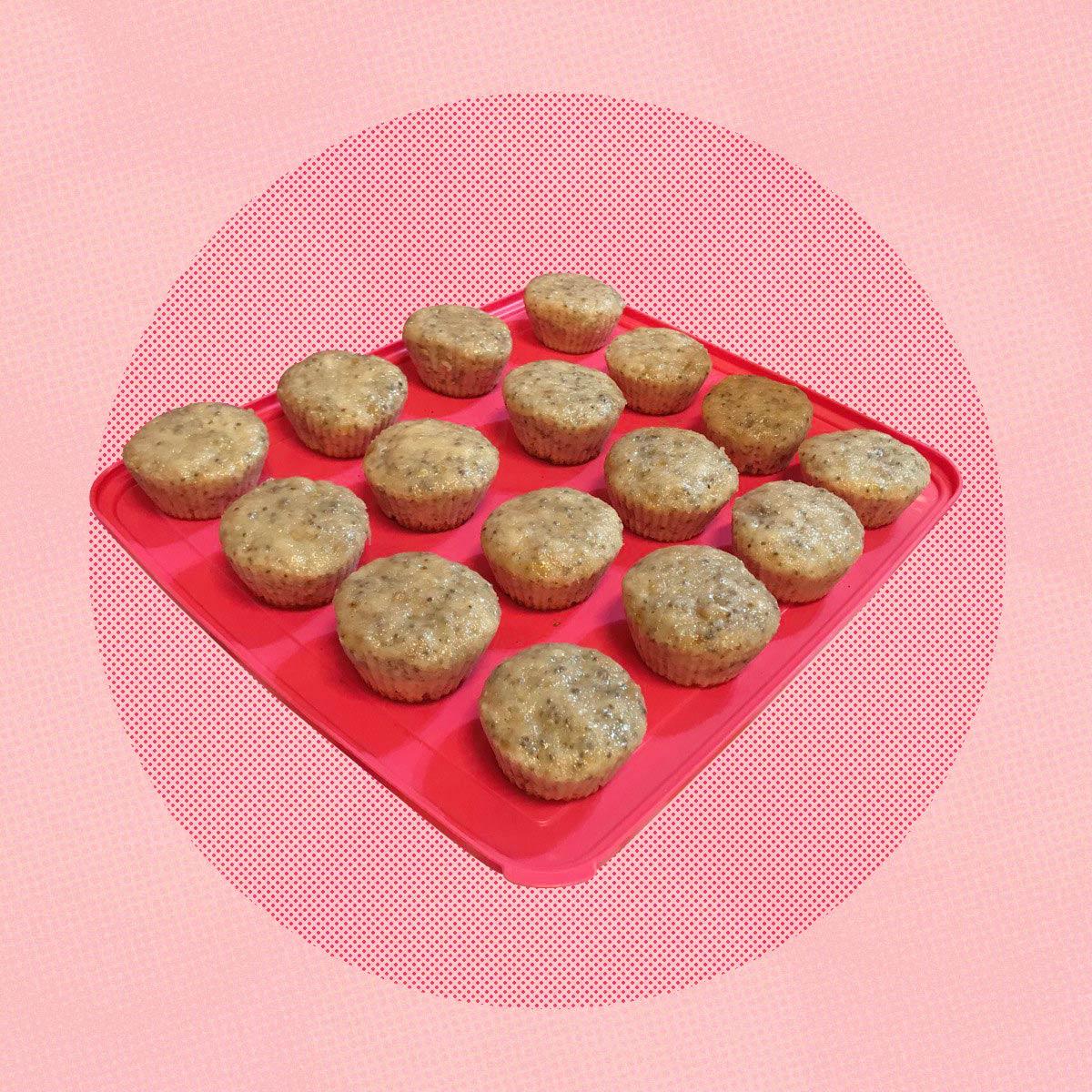 Muffins con bandeja y fondo rosado