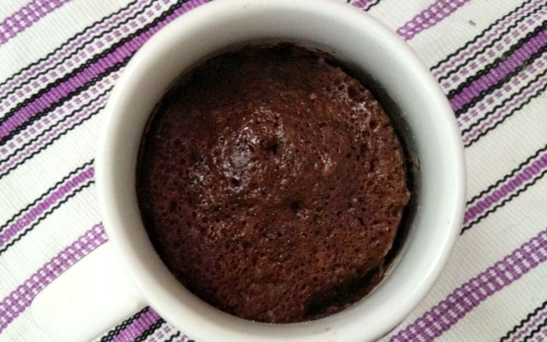 Mug cake de chocolate: torta individual exprés en el micro