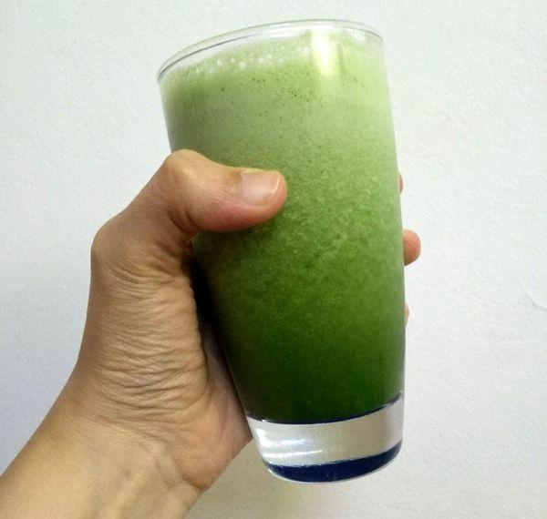 Foto de un vaso con licuado verde